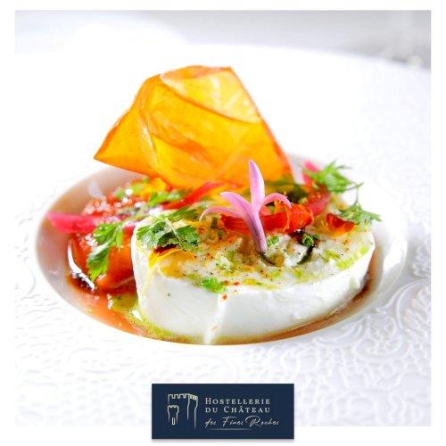 ✨ [À LA CARTE] ✨  Tomate cœur de bœuf cuite comme une viande Fine gelée d'oignons rouge en pickles,  Jus au basilic et mozzarella di Buffala